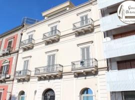 Taranto - Locale prestigioso in Piazza Carbonelli